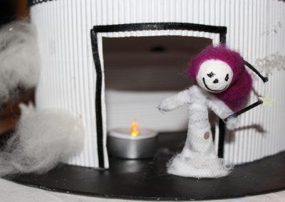 l'interieur d'une cabane noir et blanc, une marionette